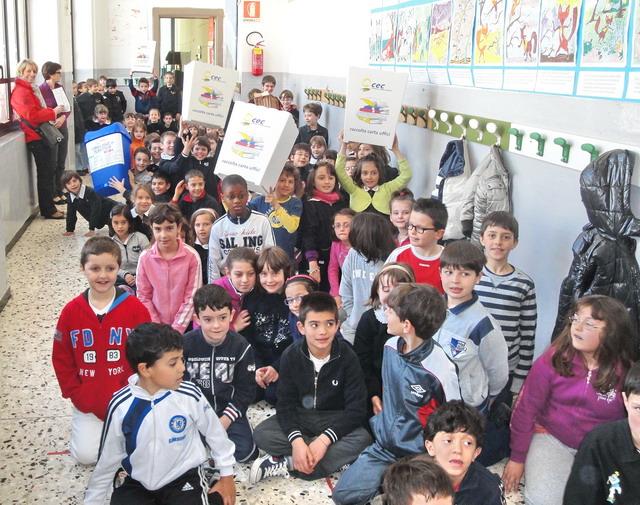 Nella foto: i bambini delle scuole elementari di frazione castelletto